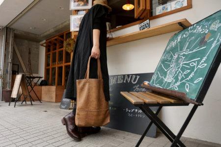女性をシュッと見せてくれるバッグです