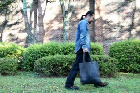 レザーバッグで機嫌よく出かける秋