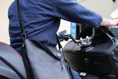 熊本で再会したショルダーバッグ、バイクにまたがる姿が👍