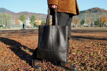 落ち葉が似合うレザーバッグ